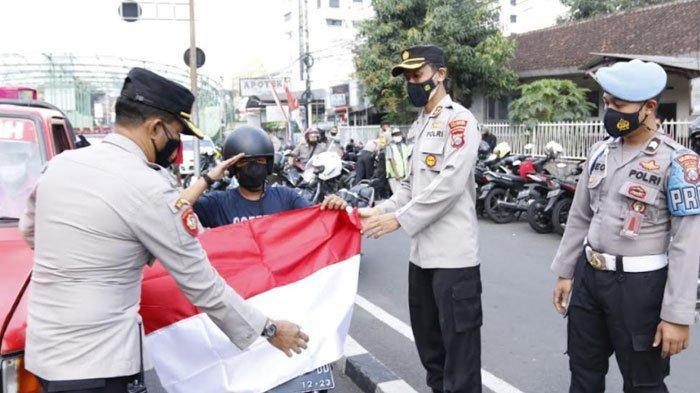 Peringati HUT RI ke-76, Polresta Malang Kota Bagikan Seribu Bendera Merah Putih Kepada Masyarakat