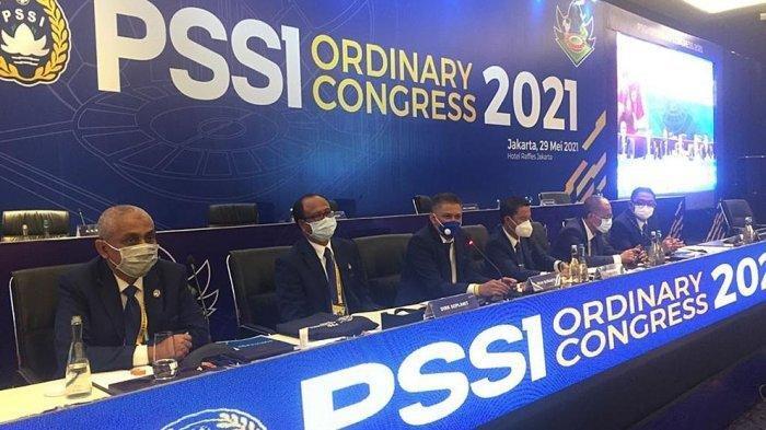 Waketum PSSI, Iwan Budianto (ketiga dari kiri) beserta anggota Exco PSSI saat memaparkan hasil Kongres PSSI 2021 di Hotel Raffles, Jakarta, Sabtu (29/5/2021).