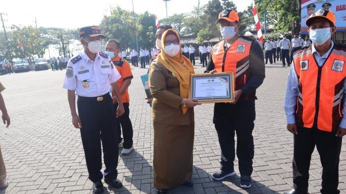 Penjaga Palang Pintu Kereta Api hingga Petugas Penyeberang Sungai di Gresik Diganjar Penghargaan