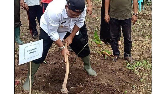 Pemkab Nganjuk Gelar Penghijauan dengan Pohon Buah, Lestarikan Hutan dan Beri Manfaat Bagi Warga