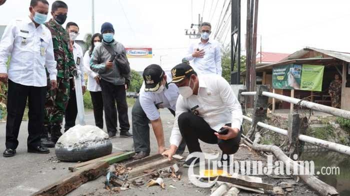 Warga Keluhkan Jembatan Penghubung Waru-Sedati Sidoarjo Rusak, Bolong dan Ditambal Kayu