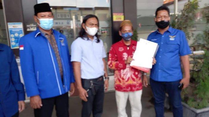Wakil Ketua DPC Partai Demokrat, Sugeng Santoso didampingi tim pengacara saat melapor ke SPKT Polres Lamongan, Selasa (24/8/2021).