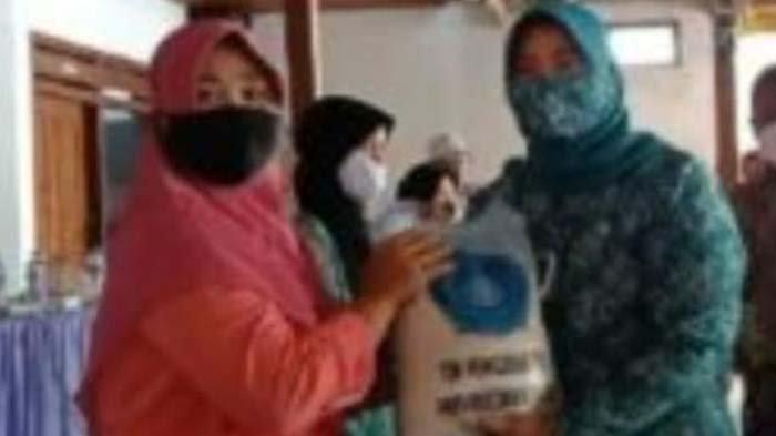TP PKK Nganjuk Bagikan Paket Sembako, Ringankan Beban Warga di Masa Pandemi Covid-19
