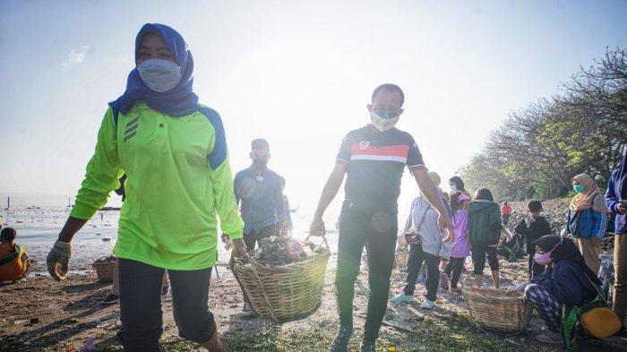 Wawali Cak Ji Turun Ikut Ramai-Ramai Serentak Bersih-bersih Pantai Surabaya
