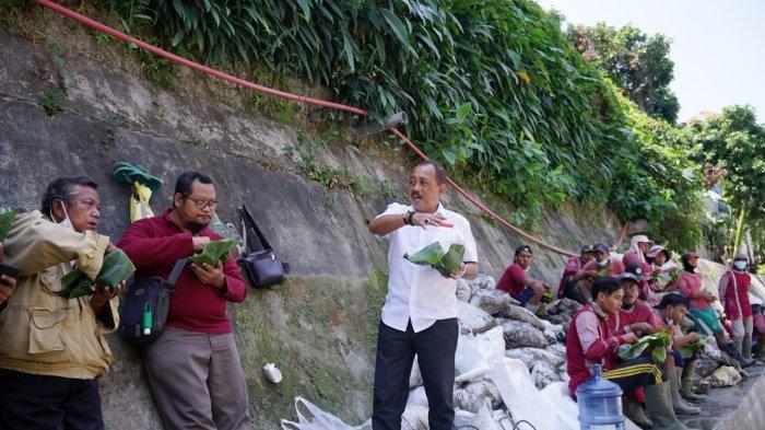 Wawali Cak Ji Santap Nasi Bungkus Bareng Petugas Pengeruk Drainase di Surabaya
