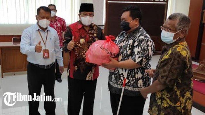 Wali Kota Blitar Santoso Terima Paket Sembako Bank Jatim, Disalurkan Pada Warga Terdampak Covid-19