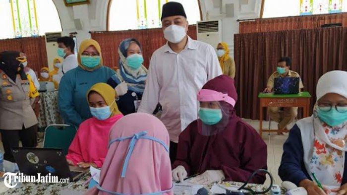 Wali Kota Surabaya, Eri Cahyadi meninjau jalannya vaksinasi, Senin (12/4/2021) di Pondok Pesantren As Salafi Al Fithrah Surabaya.
