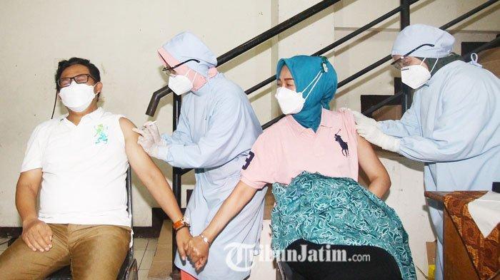 Genggam Tangan Istri, Wali Kota Malang Sutiaji Pamer Kemesraan Saat Jalani Vaksinasi Covid-19