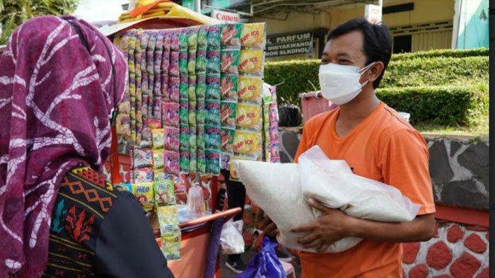 Bantu Pedagang Pasar, Pemkot Mojokerto Bebaskan Restribusi Kios dan Salurkan Bansos