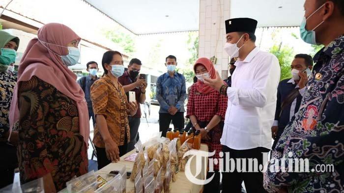 Ngantor di Kelurahan Sememi Surabaya, Cak Eri Bertemu Pelaku UMKM Hingga Disambati Pencari Kerja