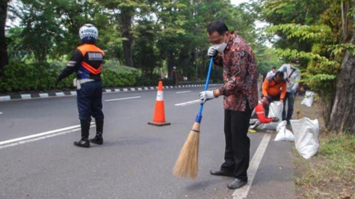 Wali Kota Surabaya Eri Cahyadi Ikut Sapu Jalan, Evaluasi Jumlah Satgas Kebersihan