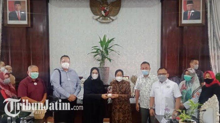 Kagum Cara Wali Kota Risma Tangani Banjir di Surabaya,Pansus DPRD DKI Jakarta: Semua Harus Dicontoh