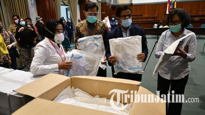 Berikan Ratusan APD untuk Tenaga Medis Rumah Sakit Unair Surabaya, Wali Kota Risma: APD ini Penting