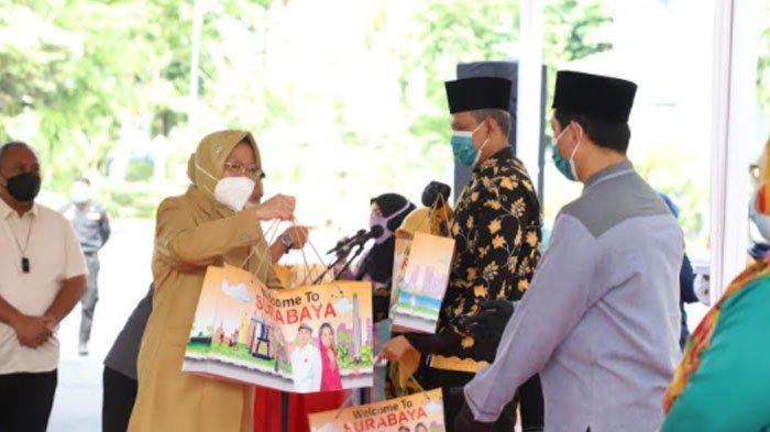 Pemkot Distribusikan APD untuk Para Modin di Surabaya, Dinilai Berisiko Karena Mengurusi Jenazah