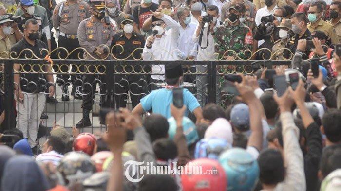 Usai Berembuk 30 Menit, Eri Cahyadi Tutup Aksi Warga Madura di Balai Kota Surabaya dengan Sholawatan