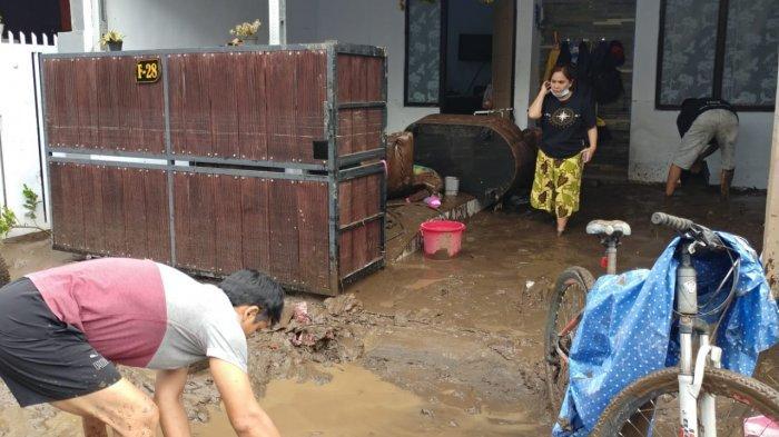 Warga Membersihkan Lumpur Sisa Banjir di Jember, Dapur Umum Juga Didirikan