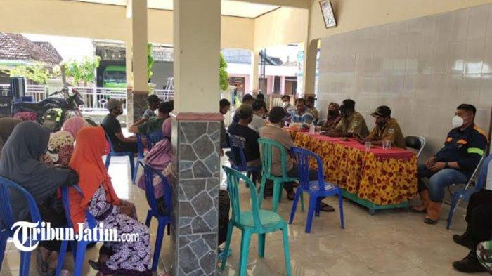 Puluhan Emak-emak Desa Beru Lamongan Datangi Balai Desa, Tanyakan Kejelasan Proyek Pertamina