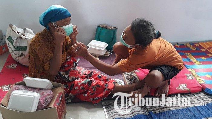 Petugas Kesehatan Bagikan Masker, Pengungsi Banjir di Jember Diminta Tetap Disiplin Prokes