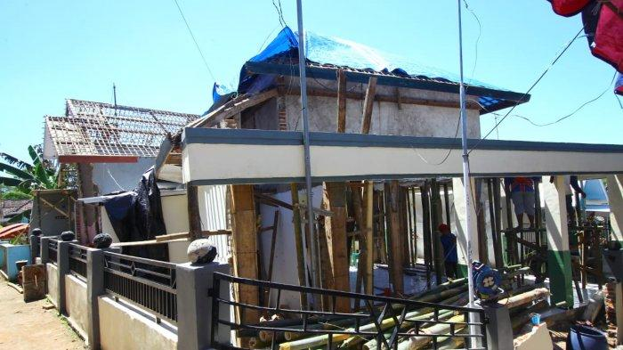 Belum Tersentuh Bantuan Pemerintah, Warga Terdampak Gempa di Malang Gotong Royong Perbaiki Musala