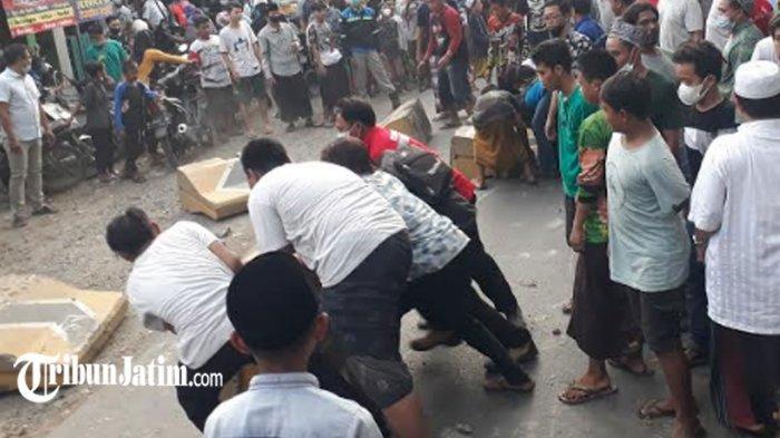 Bikin Susah Menyeberang,Warga Kerja Bakti Singkirkan Separatilor di Tengah Jalan Raya Manyar