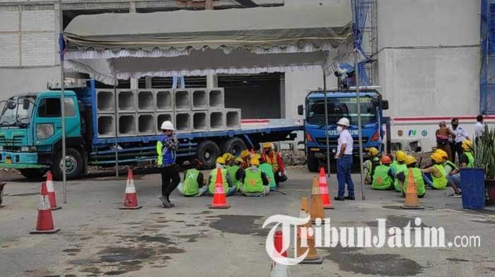 Puluhan Warga Ikuti Program Padat Karya Pembangunan Terminal Patria Kota Blitar