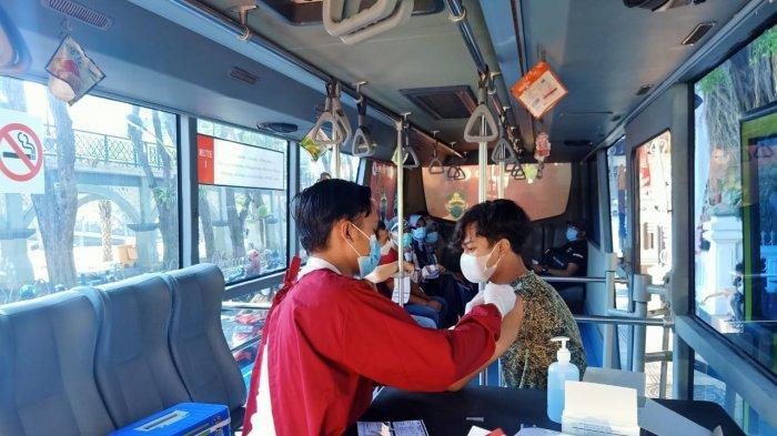 Cegah Penyebaran Covid-19, Polres Gresik Gelar Vaksin di atas Bus Presisi