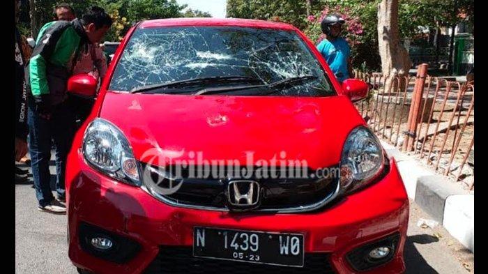 BREAKING NEWS: Honda Brio Merah Dirusak Massa di Sidoarjo, Pengemudinya Kabur Diduga Tabrak Lari