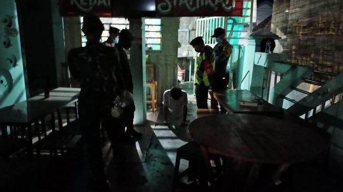 Kelabui Petugas Saat PPKM Darurat, Warung di Gresik Matikan Lampu, di Dalam Asik Ngopi Tanpa Prokes