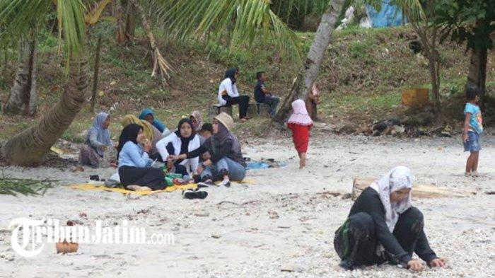Tidak Ada Petugas Loket, Wisatawan Bandel Masuk ke Pantai Kabupaten Trenggalek Saat PPKM