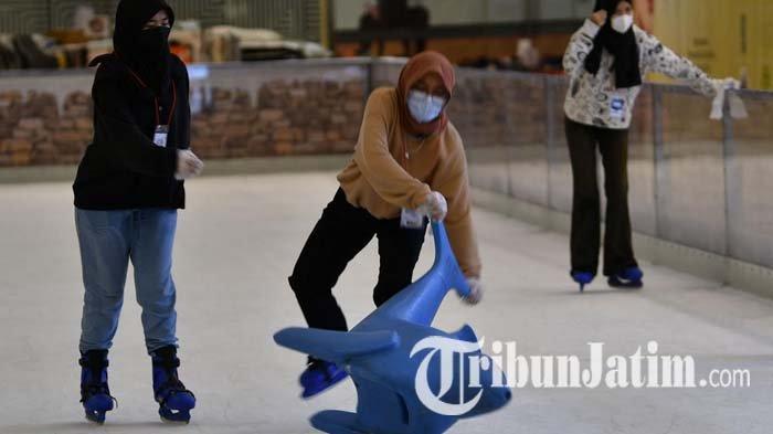 Serunya Berseluncur Es di Wonderland on Ice Grand City Mall, Jadi Alternatif Liburan di Surabaya