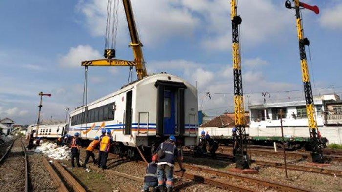 Proses evakuasi gerbong kereta yang mengalami anjlok di Stasiun Malang Kotalama, Kamis (19/11/2020) siang.