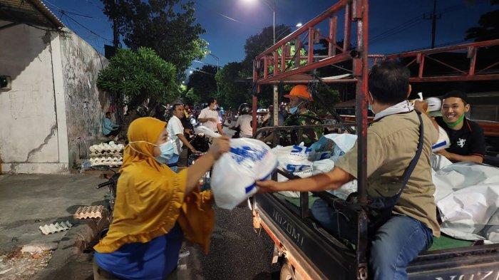 Komunitas Motor YNCI Surabaya Gelar Baksos, Bagi Ratusan Sembako ke Pedagang Kecil dan Tukang Becak