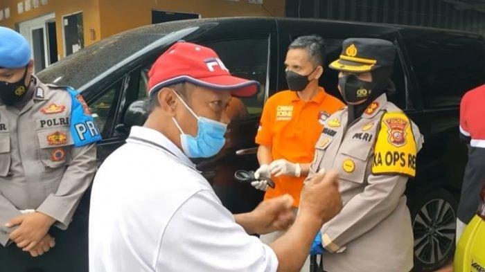 Yosef, keluarga korban dalam kasus pembunuhan ibu dan anak di Subang saat menjelaskan ke polisi.
