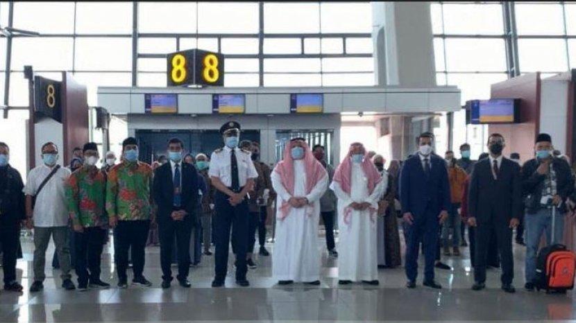 berita-surabaya-kedatangan-jamaah-umrah-dari-indonesia-disambut-pemerintah-kerajaan-arab-saudi.jpg
