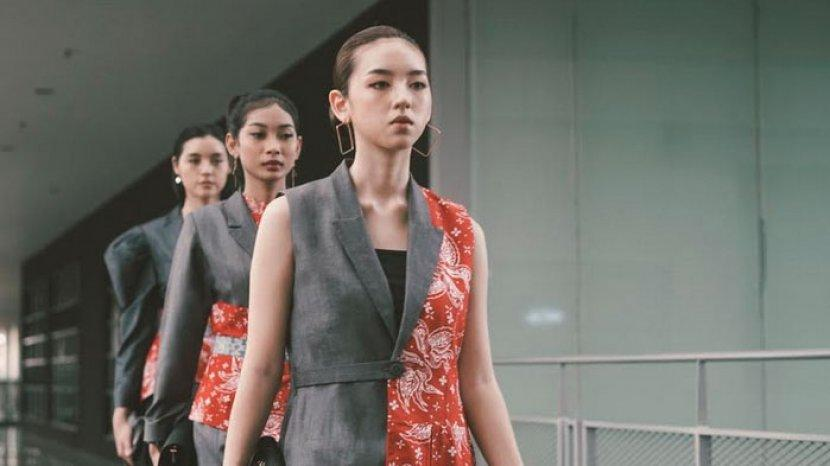 berita-surabaya-model-mengenakan-produk-busana-kerja-batik-wanita-berbasis-term.jpg