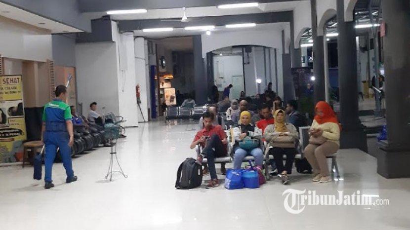 penumpang-ketika-menunggu-kedatangan-kereta-mutiara-timur.jpg