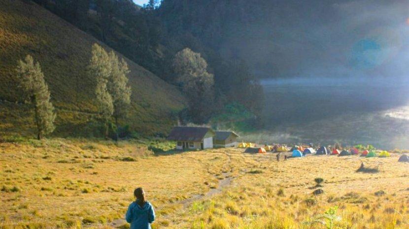 seorang-pendaki-dan-kerumunan-warna-warni-tenda-di-tepi-ranu-kumbolo-gunung-semeru-jawa-timur.jpg