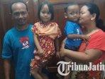 4-warga-ngawi-yang-diselamatkan-dari-banjir-di-pematang-sawah-di-dekat-tol-ngawi-kertosono.jpg