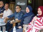 abdullah-azwar-anas-bersama-para-desainer-yang-akan-tampil-di-banyuwangi-batik-festival-2018.jpg
