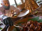 agus-ariyanto-menyiapkan-sajian-tradisional-indonesia-dalam-pojok-nusantara.jpg