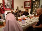 ahmad-dhani-saat-satu-meja-makan-bareng-mantan-suami-mulan-jameela.jpg