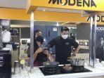 aksi-chef-christo-saat-tampil-di-cooking-demo-bersama-modena-di-ufo-electronics-surabaya.jpg