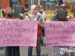 aksi-demonstrasi-di-depan-kantor-pemerintah-kabupaten-kediri-kamis-14102021.jpg