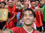 aksi-pemain-timnas-u-22-ezra-walian-berselfie-di-hadapan-suporter-indonesia.jpg