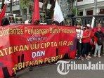 aksi-unjuk-rasa-buruh-dan-mahasiswa-menolak-pengesahan-uu-omnibus-law-cipta-kerja-di-malang.jpg