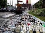 alat-berat-hancurkan-botol-botol-miras-yang-disita-polres-tulungagung-ilustrasi-pemusnahan-miras.jpg