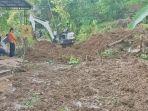 alat-berat-yang-membersihkan-material-longsor-di-desa-depok-kecamatan.jpg