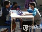 anak-anak-yang-menjalani-isolasi-terpusat-di-gedung-blk-kota-kediri-sedang-bermain-dakon.jpg