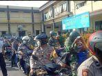 anggota-bhabinkamtibmas-polres-kediri-kota-dan-babinsa-kodim-0809-kediri-bagikan-sembako.jpg
