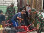 anggota-kodim-0812-lamongan-bersama-warga-babat-bersihkan-tumpukan-sampah.jpg